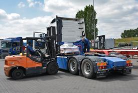 Onderdelen laden op truck of trailer
